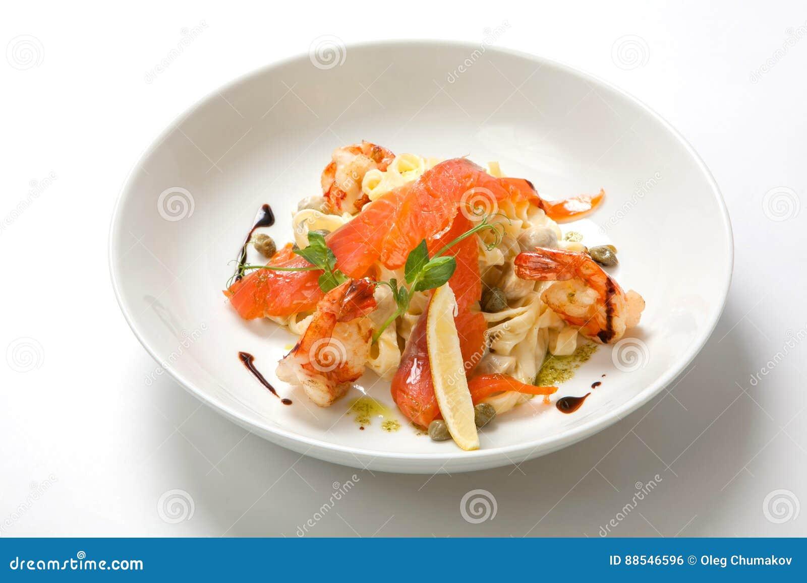 Pasta con gamberetto e salsa cremosa in un piatto profondo bianco