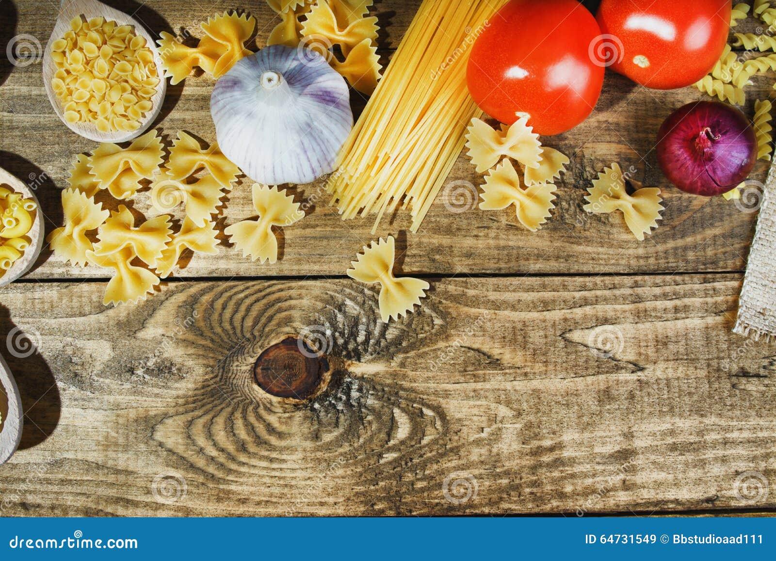 Pasta con gli ortaggi freschi sulla tavola