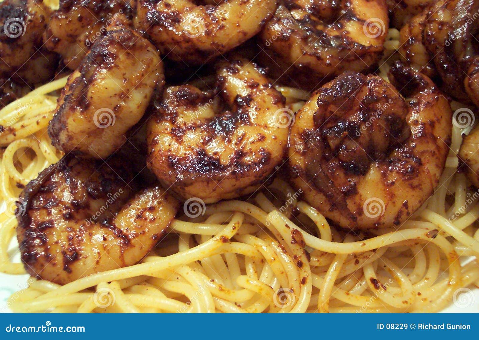 Pasta con la salsa di peperoncino rosso e del gambero
