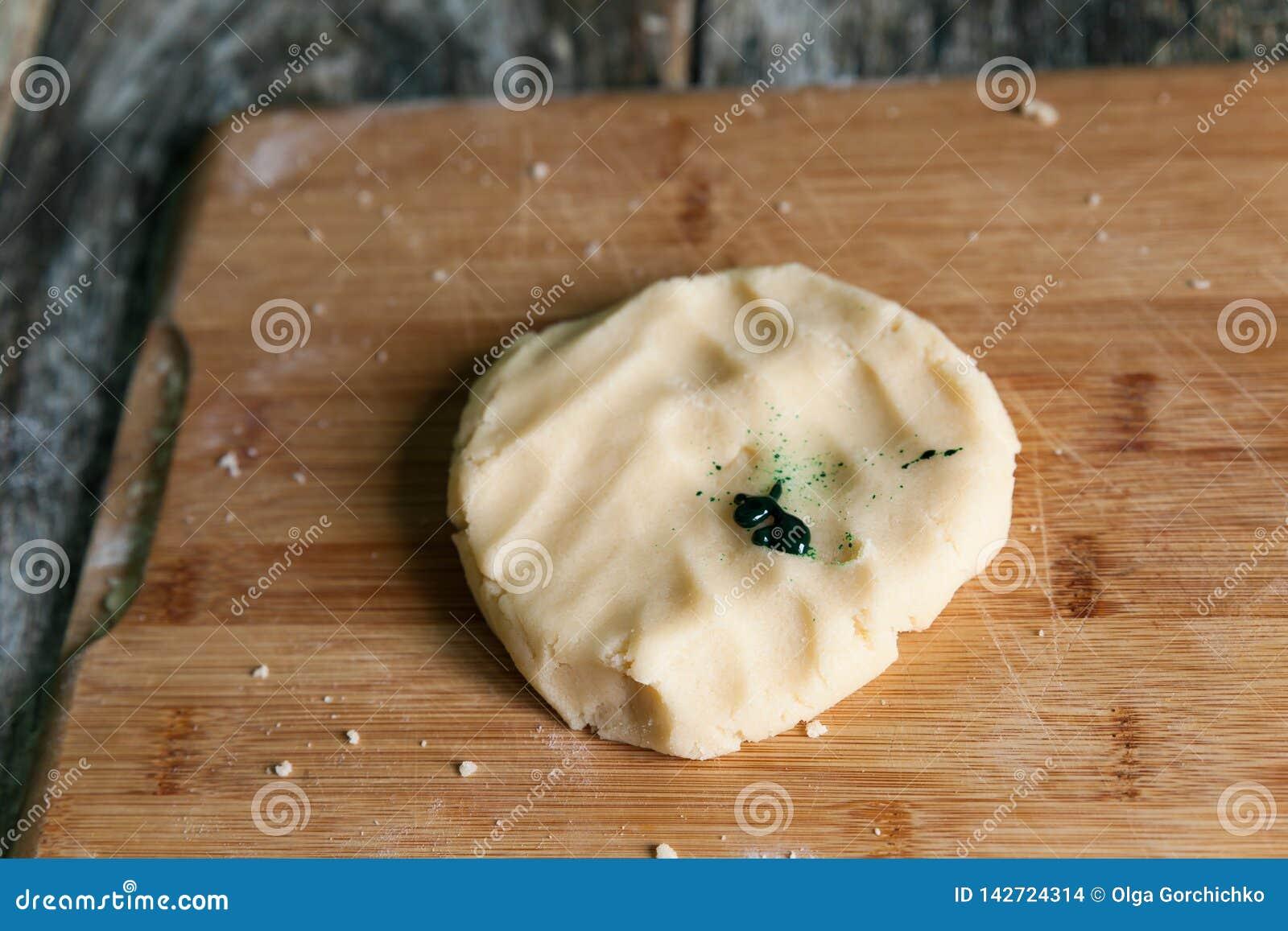 Pasta cruda fresca de la torta dulce prepararse