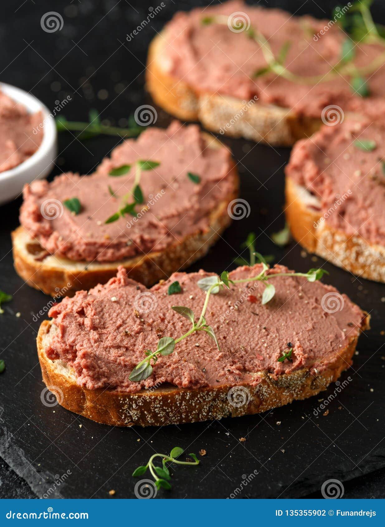 Pasta de fígado caseiro fresca da galinha no pão