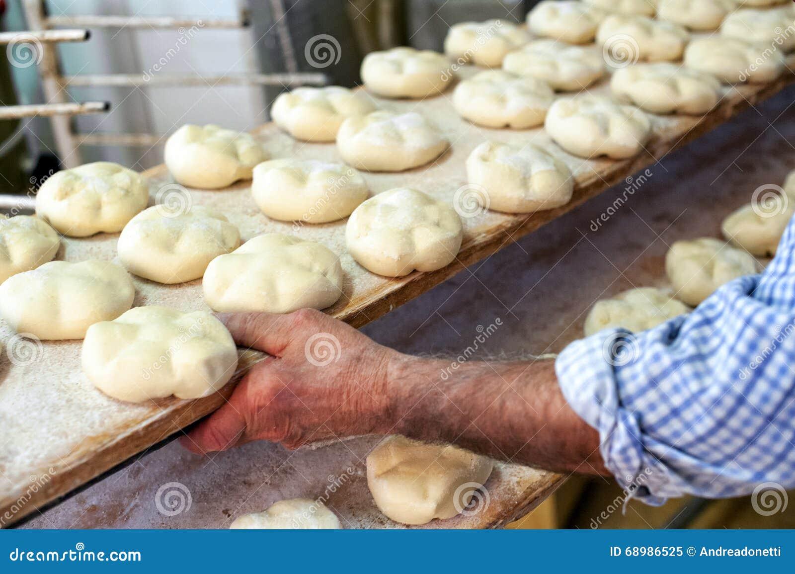 Pasta de pan en un estante listo para cocer en el horno