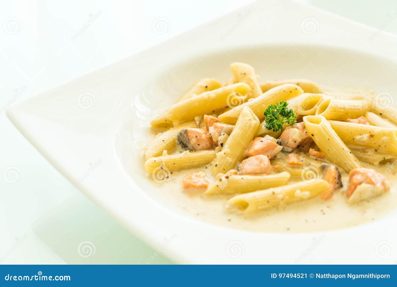 Pasta di carbonara di Penne con il salmone