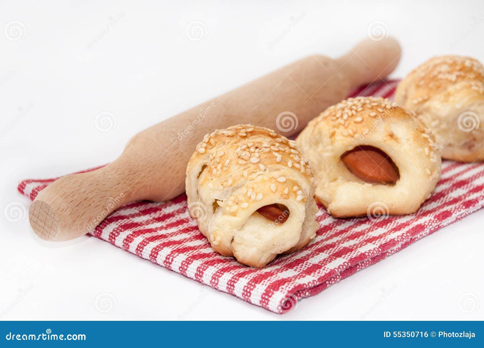 Pasta e matterello sfoglia sulla tovaglia
