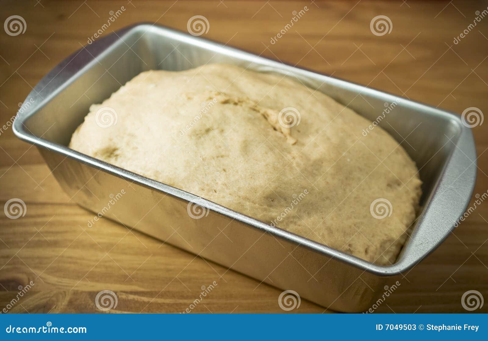 Pasta fresca del trigo integral en una cacerola de hornada