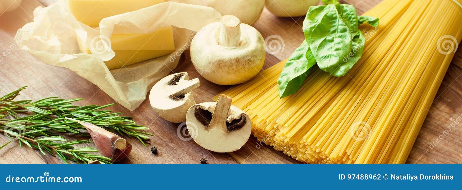 Pasta italiana, alimento crudo per cucinare Vista superiore, vista da sopra Copi lo spazio Fondo scuro bandiera