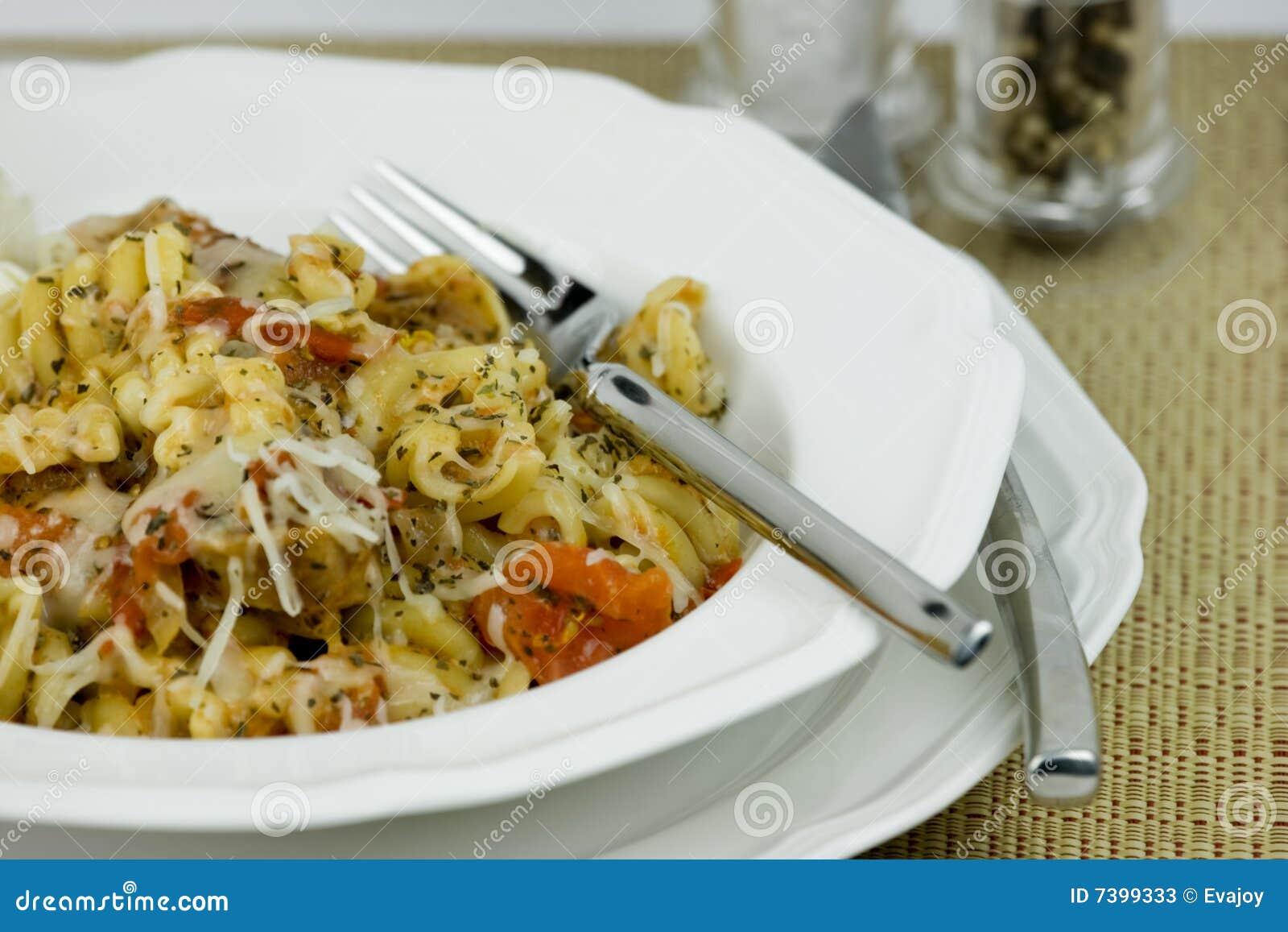 Pasta riccia in piatto bianco 3