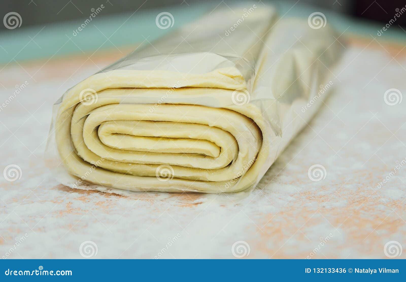 Pasta sfoglia sulla tavola, cucinante
