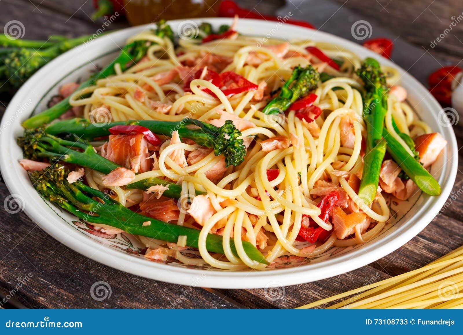 Pasta Spaghetti With Smoked Salmon Chilli And Broccoli Stock Photos