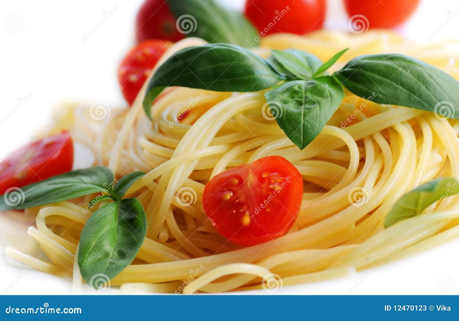 Pastas con los tomates y la albahaca