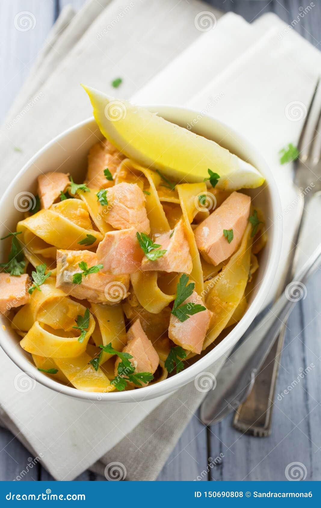 Pastas de color salmón y del limón italianas