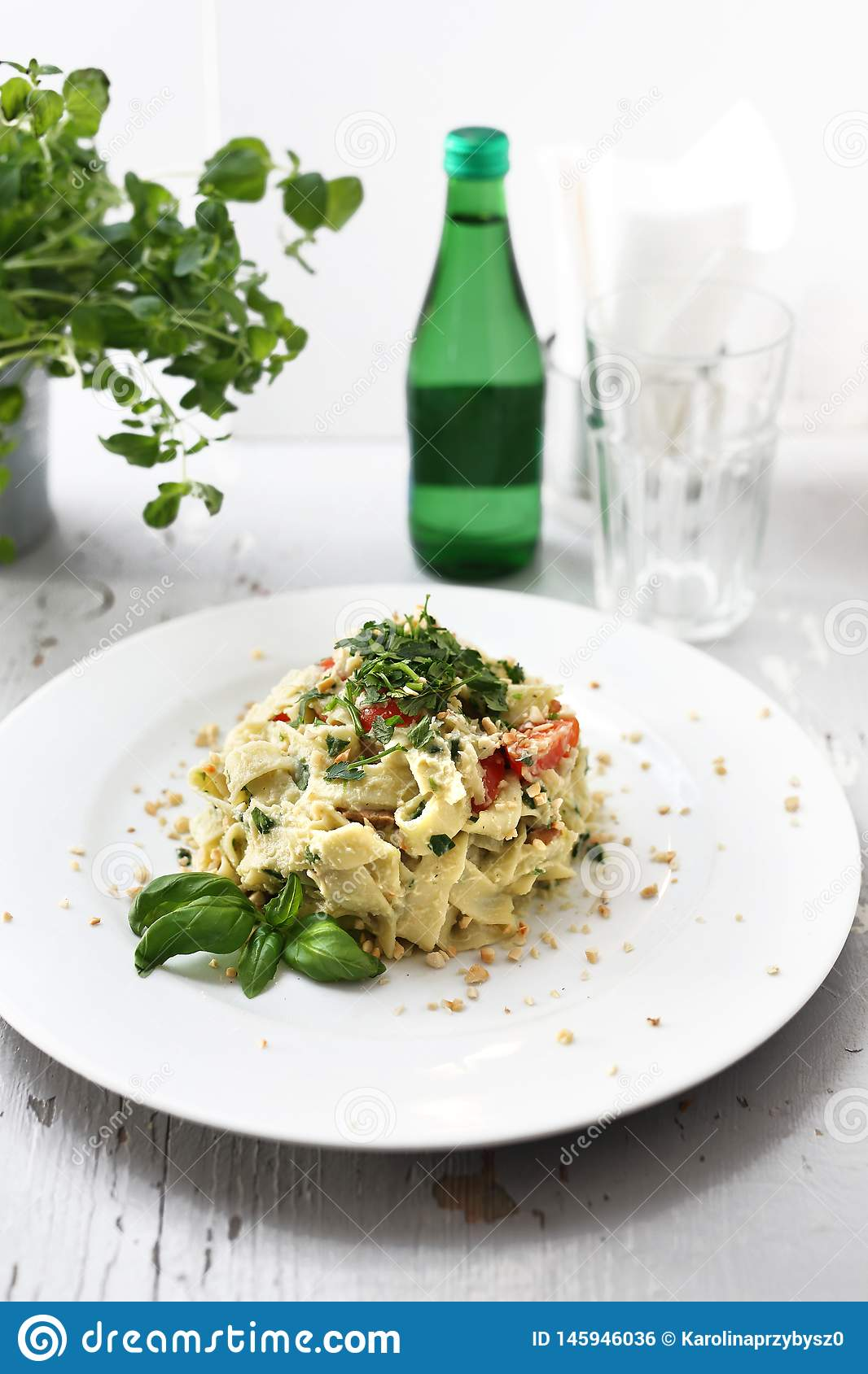 Pastas de los espaguetis con la coliflor y la espinaca Plato en una placa blanca