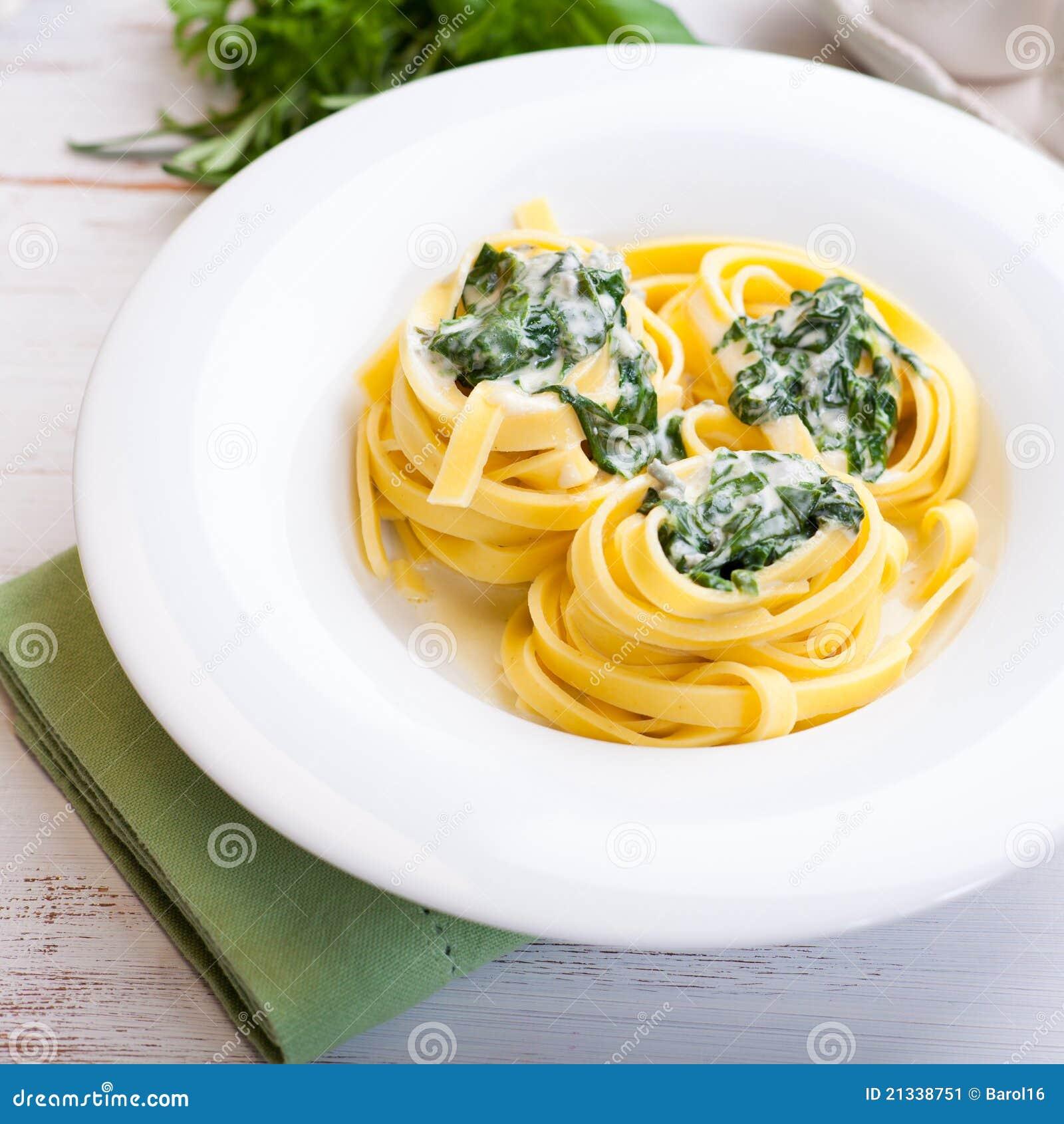 Pastas de Tagliatelle con la salsa y Spina del queso verde