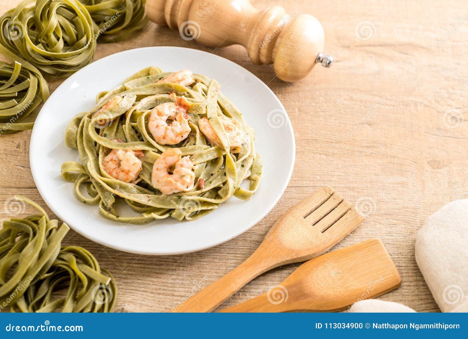 Pastas del fettuccini de la espinaca con el camarón