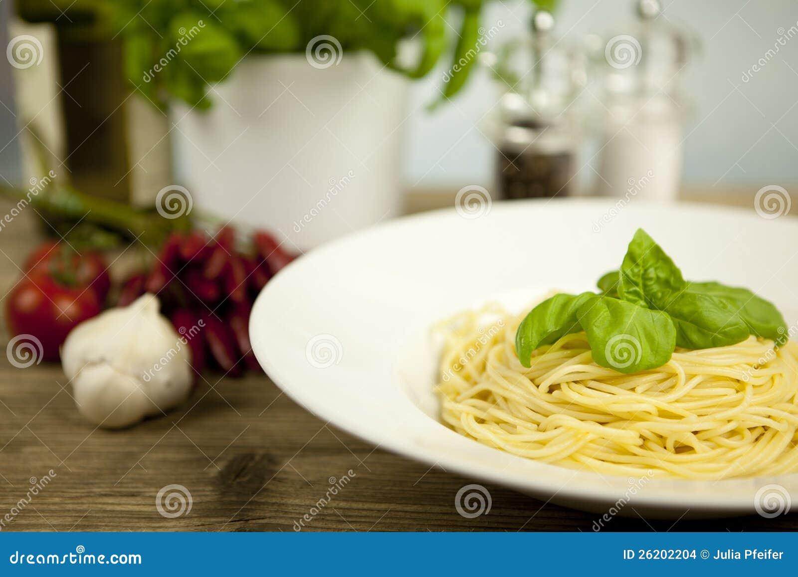 Pastas frescas sabrosas con ajo y albahaca en el vector