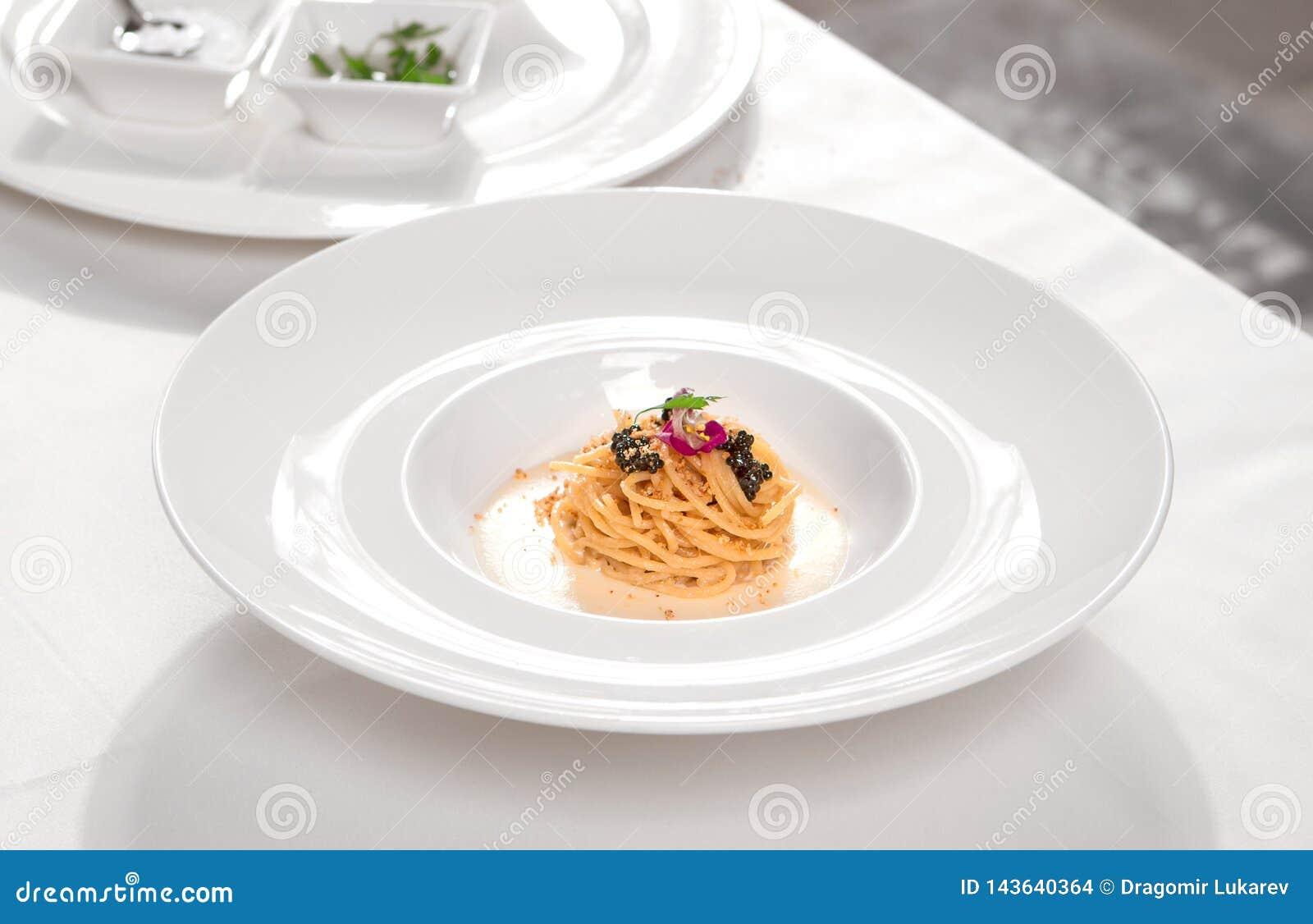 Pastas italianas con el caviar y la crema negros