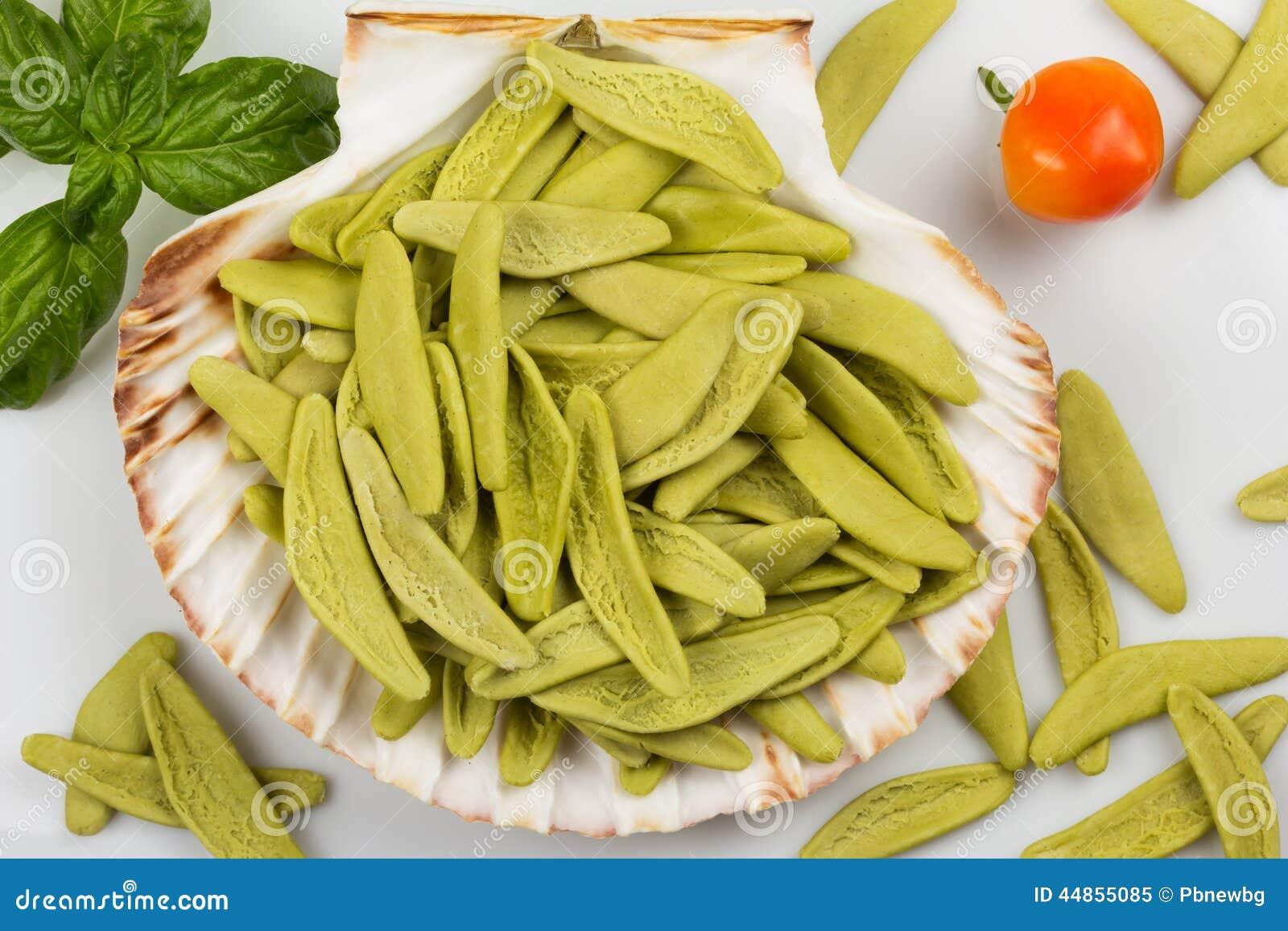 Pastas italianas con espinaca en una concha marina