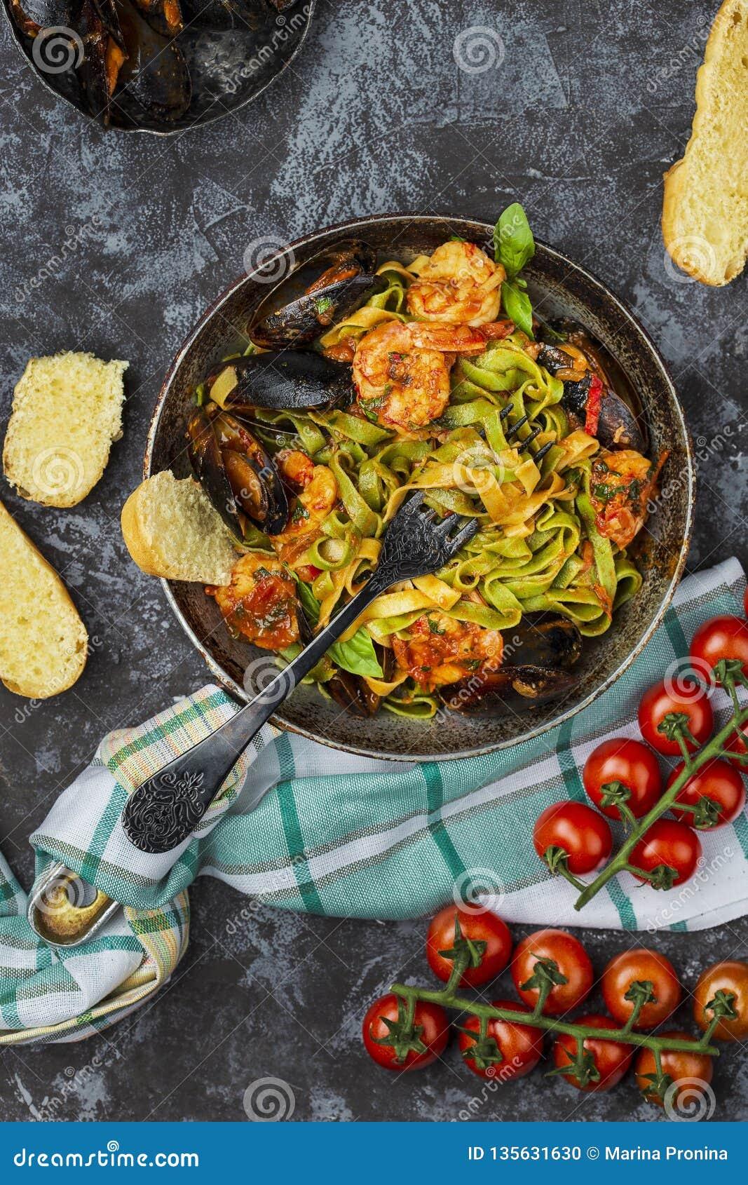 Pastas italianas hechas en casa de los mariscos con los mejillones y el camarón