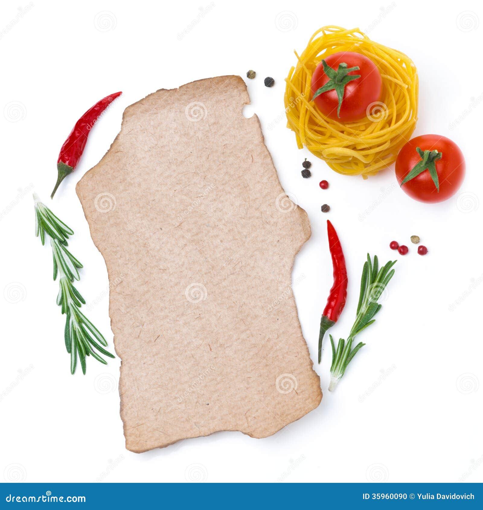 Pastas, tomates, especias y un trozo de papel para escribir la receta