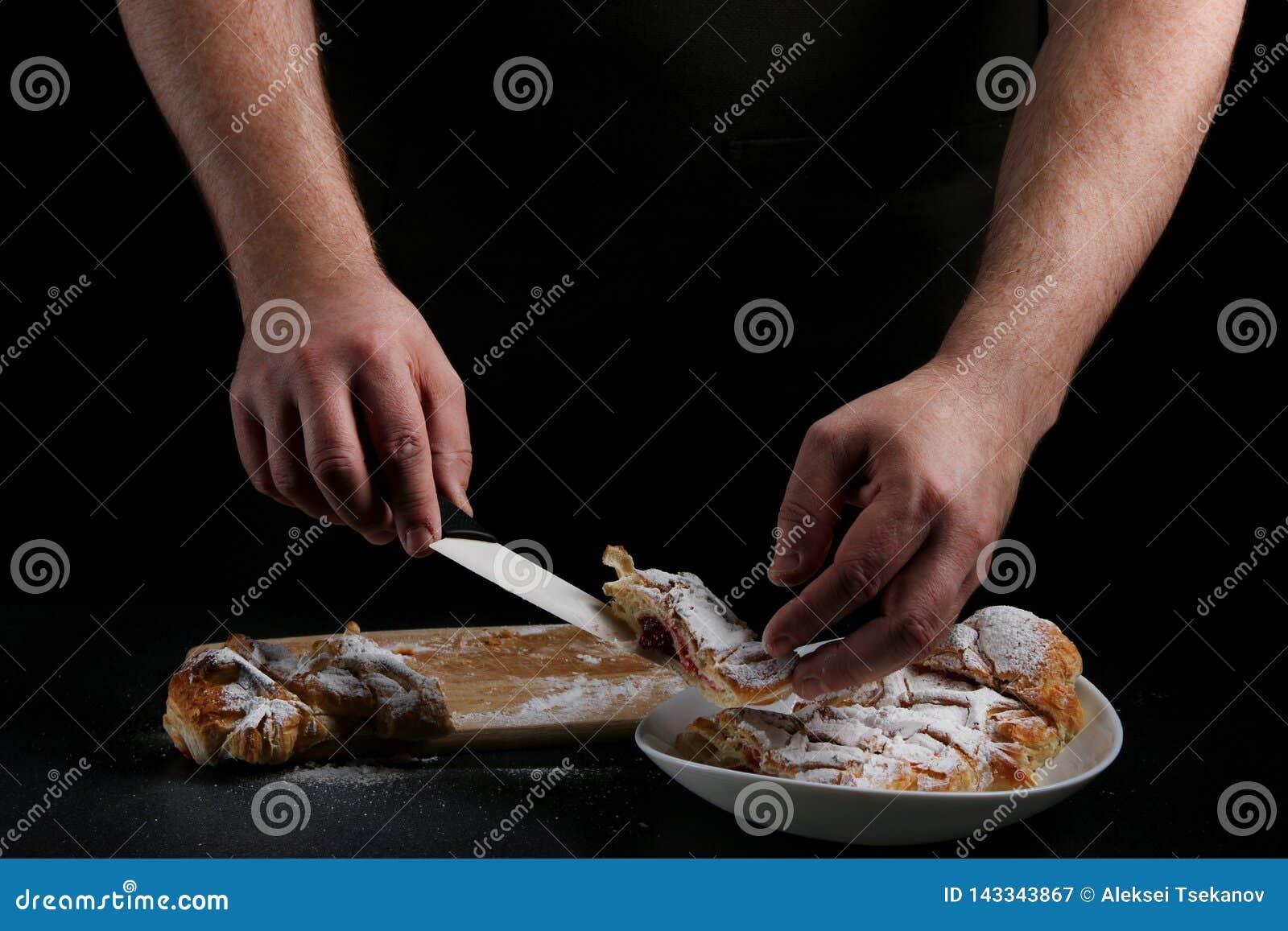 Pastei op dark met hand concept het verfraaien van bakkerij pastei die concept maken