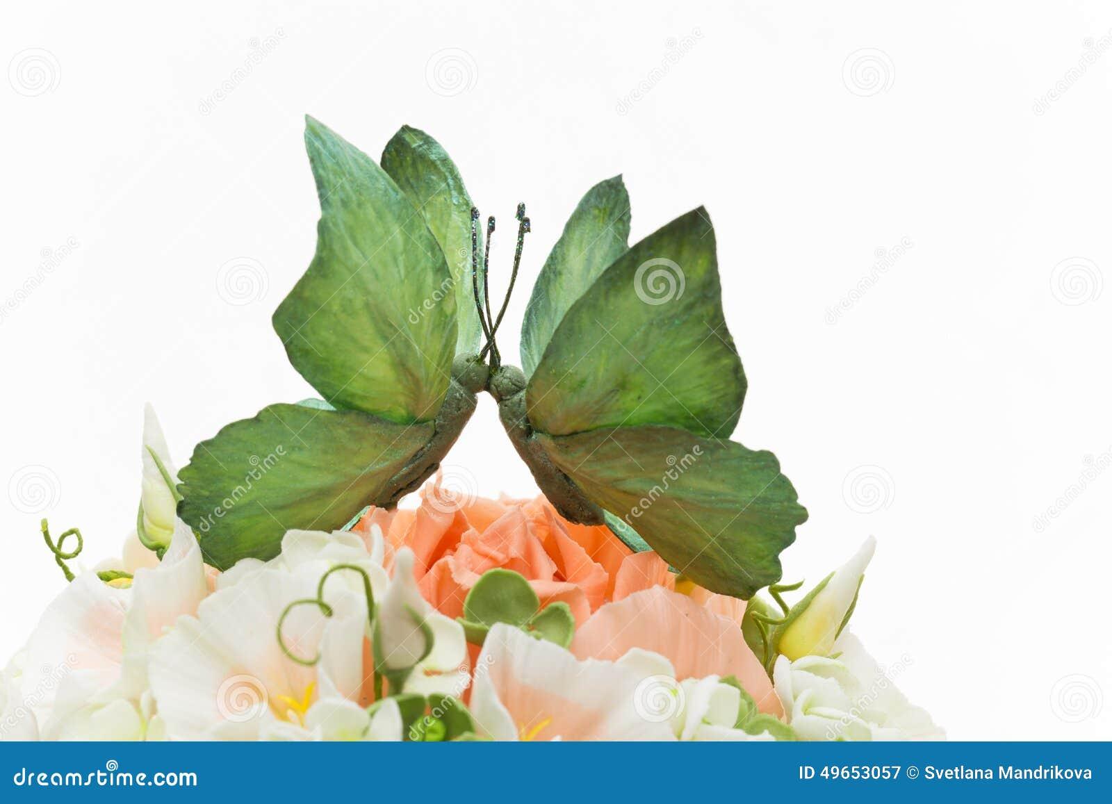Pastel De Bodas: Pastel De Bodas Adornado Con Las Flores Y La Mariposa Foto