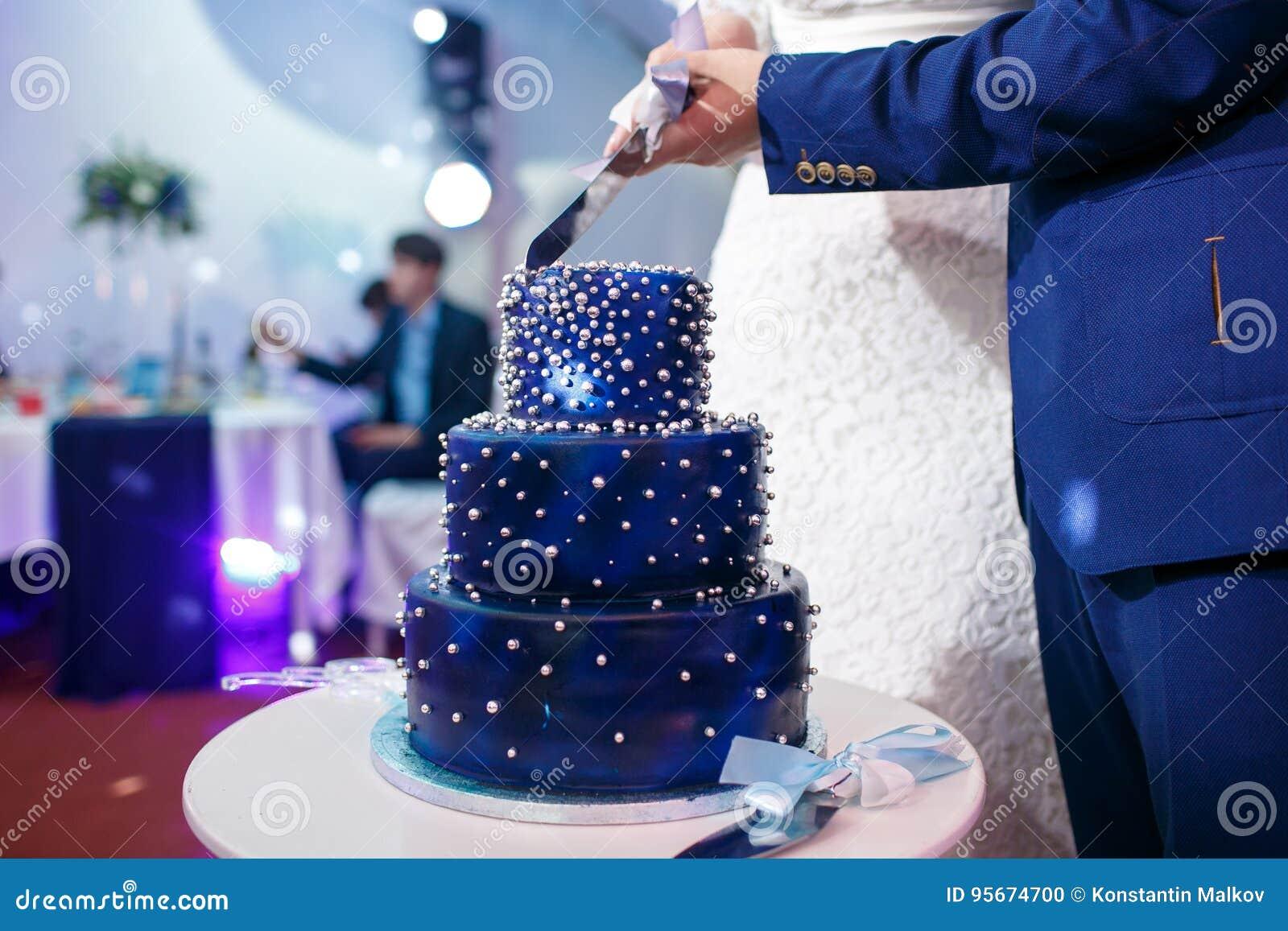 Pastel De Bodas: Pastel De Bodas Azul Cortado De Novia Y Del Novio Foto De
