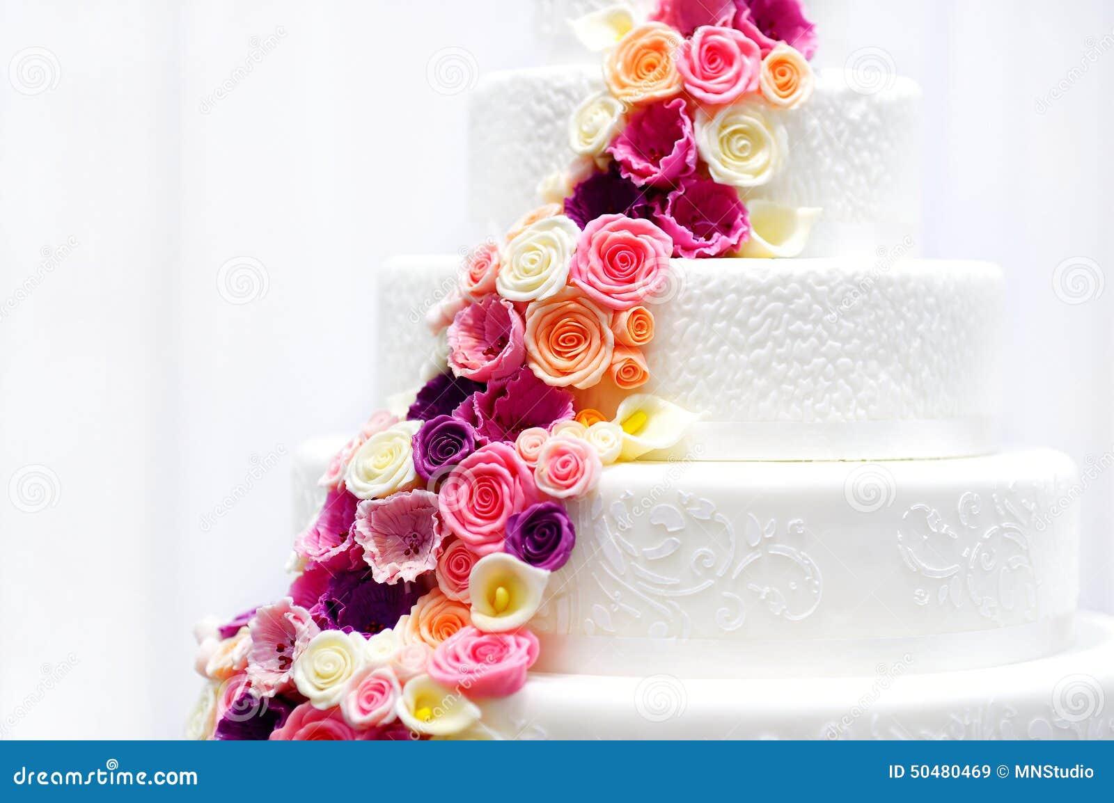 Pasteles De Boda Con Flores: Pastel De Bodas Blanco Adornado Con Las Flores Del Azúcar
