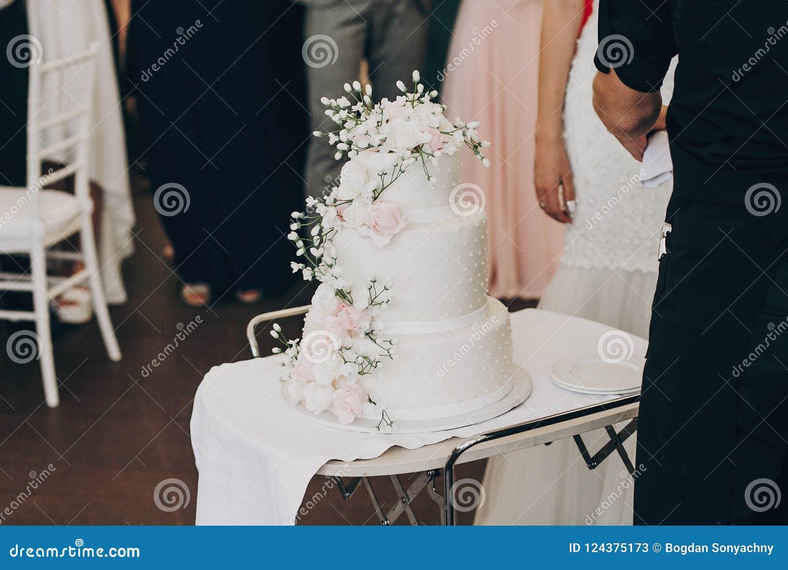 Pastel de bodas blanco asombroso con las flores pastel de bodas grande moderno