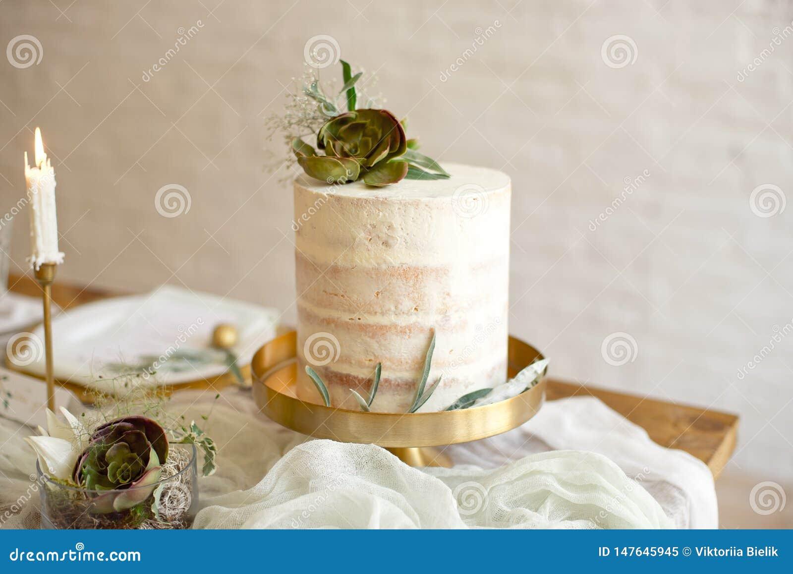 Pastel de bodas blanco elegante con las flores y los succulents en estilo del boho Pastel de bodas r?stico