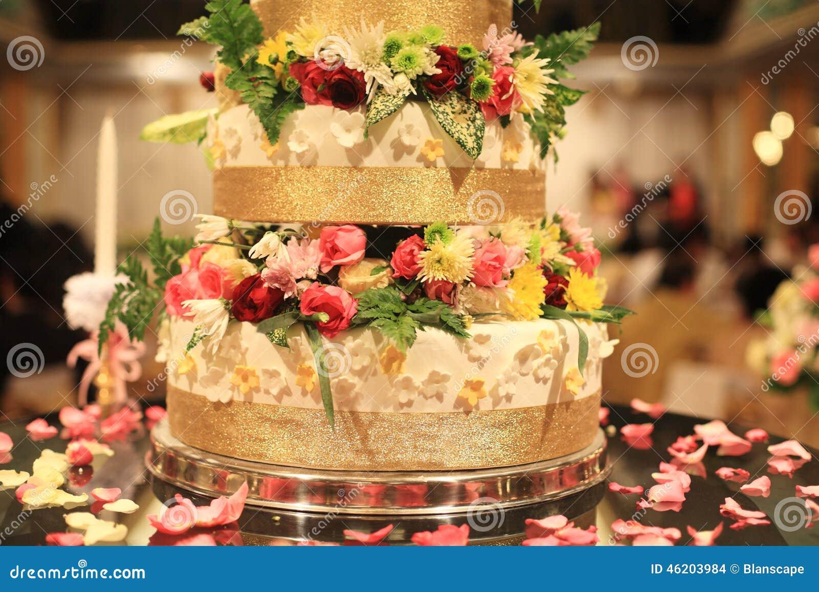 Pastel de bodas con las flores adornadas hermosas