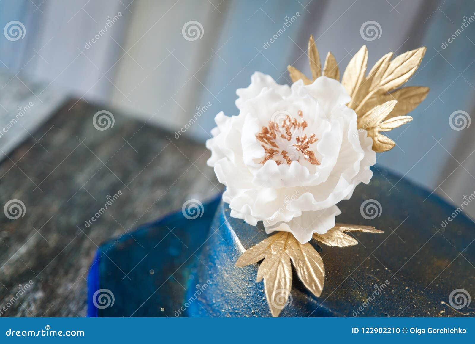 Pastel de bodas del azul y del oro