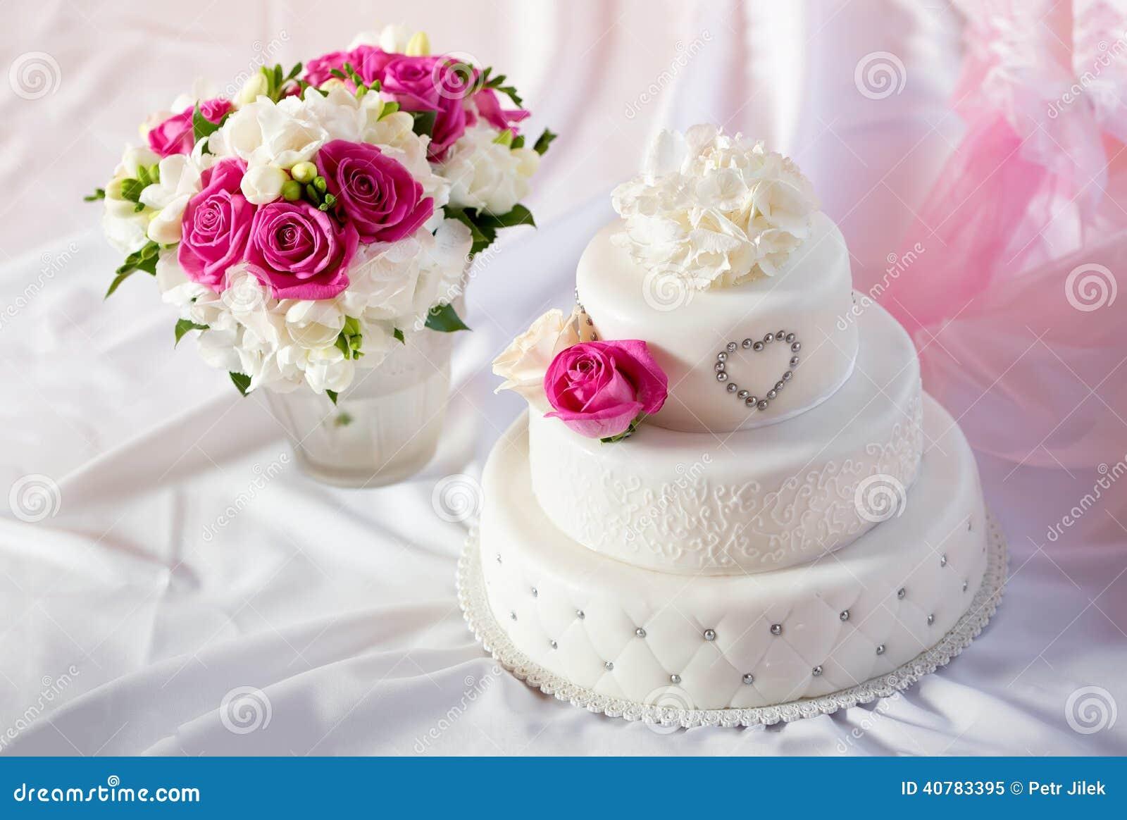 Pastel De Bodas: Pastel De Bodas Tradicional Con Las Flores Color De Rosa