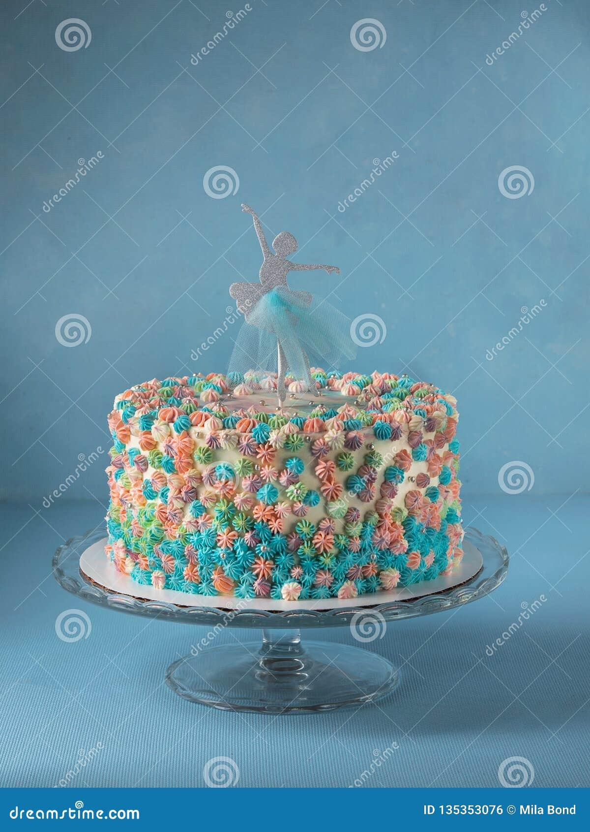Pastel De Capas De Cumpleanos Adornado Con El Primero De La Torta De