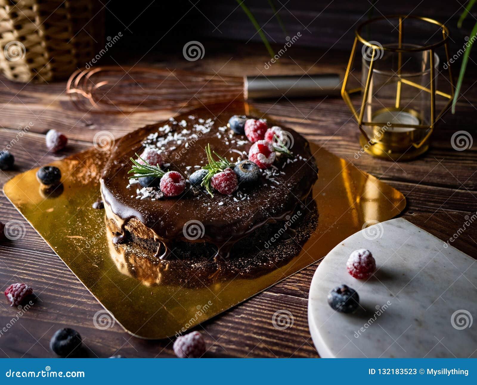 Pastel de queso agrio de la crema del chocolate con las bayas frescas de delicioso