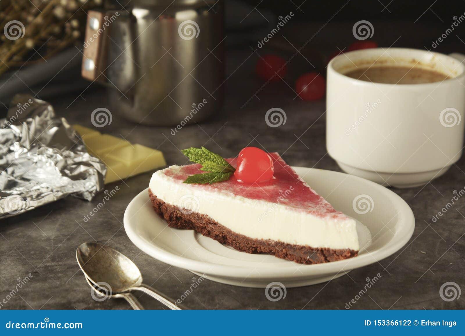 Pastel de queso con la cereza en fondo oscuro Torta hecha en casa, postre