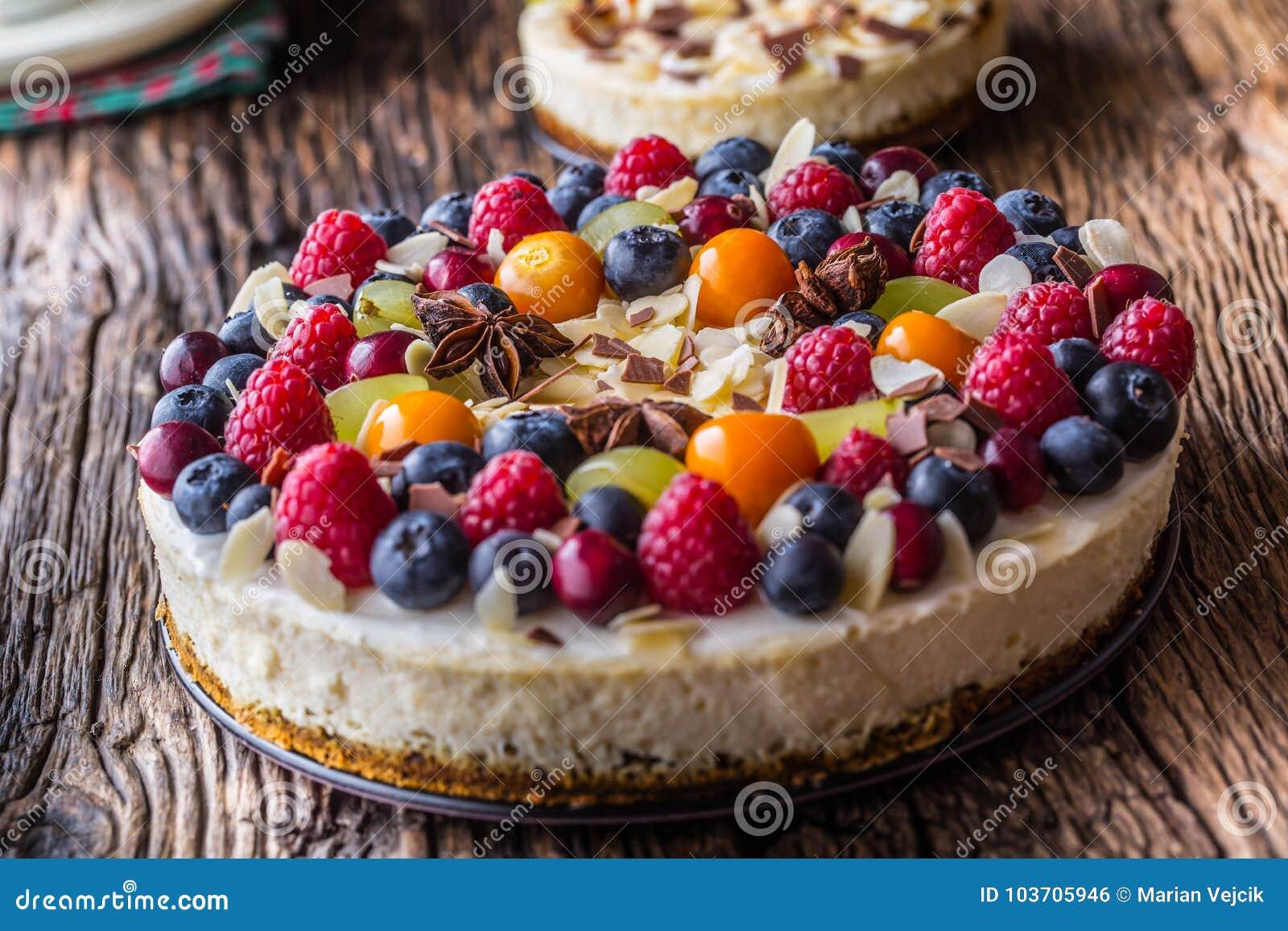 Pastel de queso con las frambuesas de las fresas de las bayas de la fruta fresca y