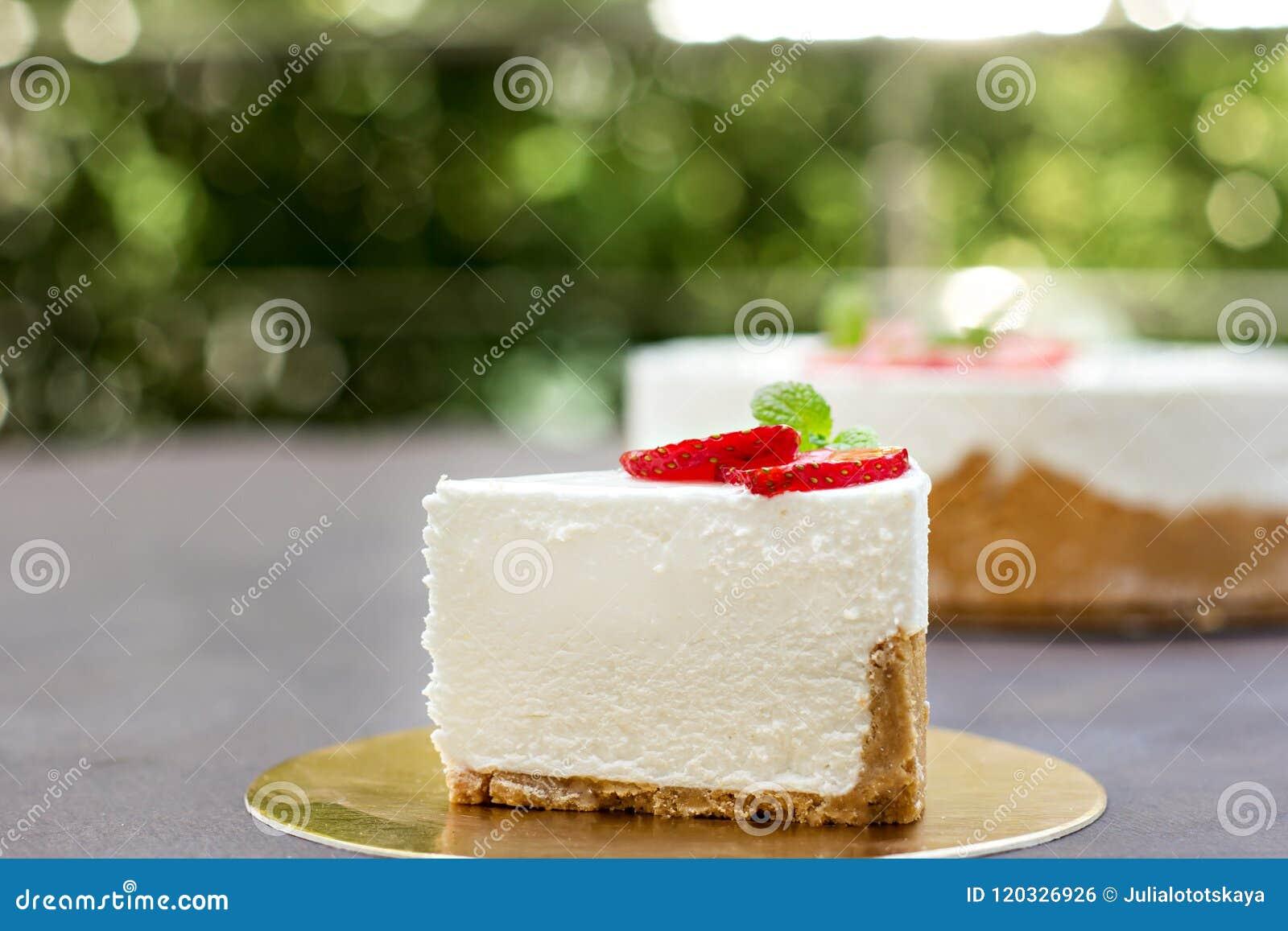 Pastel de queso con las fresas Torta adornada con las fresas