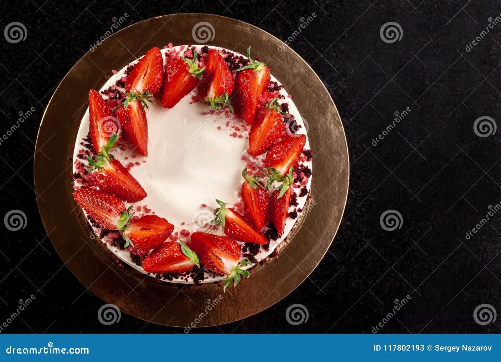Pastel de queso con las fresas Torta adornada con las fresas Pastel de queso delicioso adornado con las fresas frescas