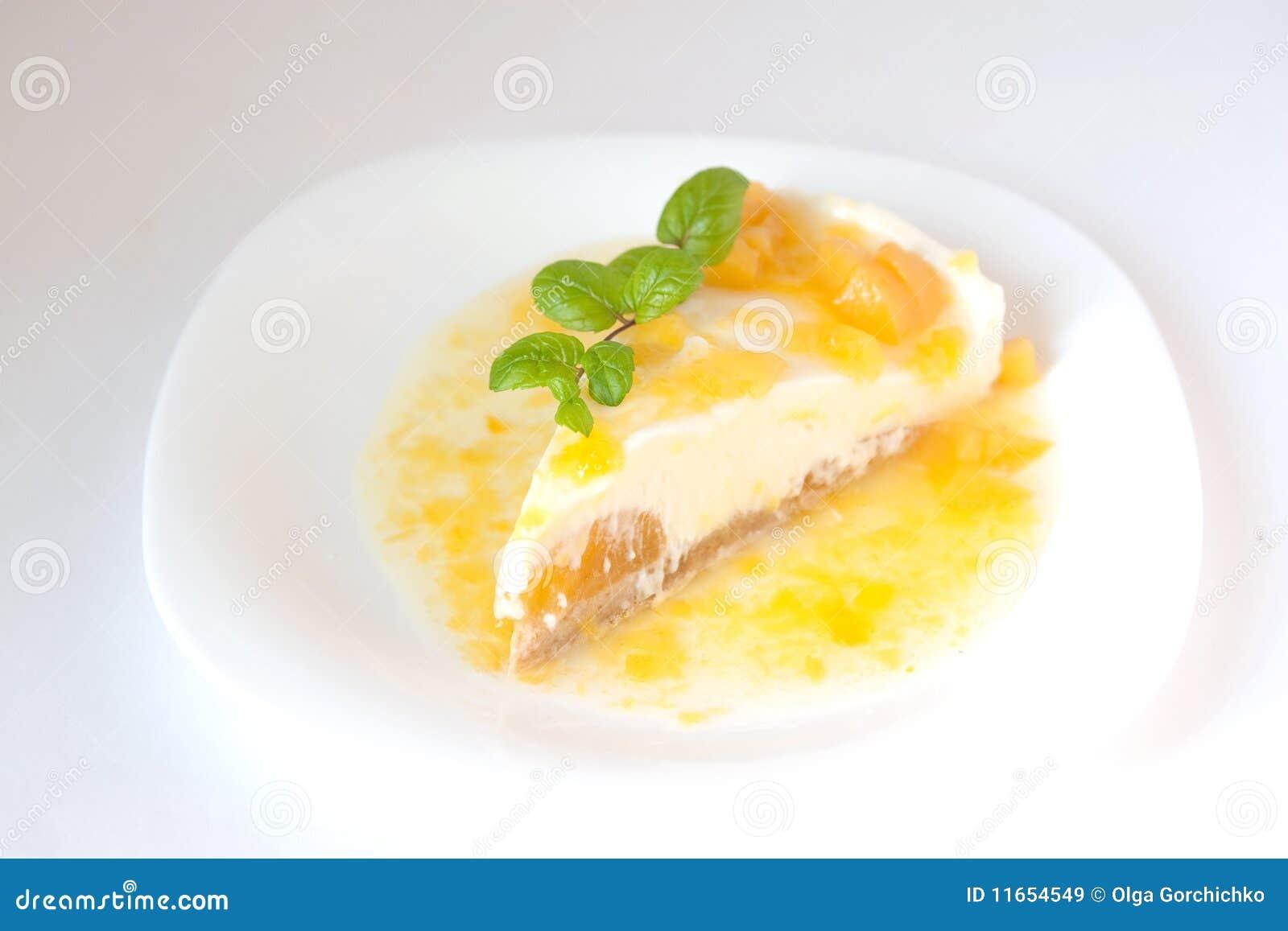 Pastel de queso de la vainilla con el melocotón y la salsa dulce