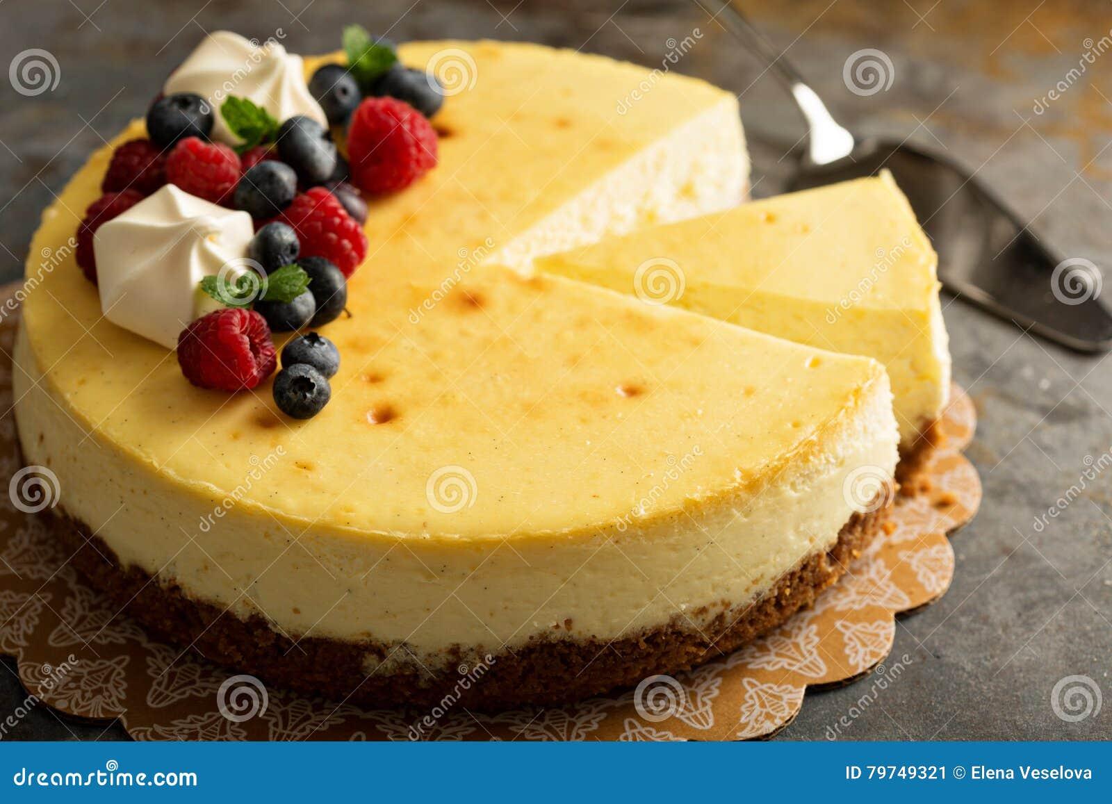 Pastel de queso de Nueva York en un soporte de la torta