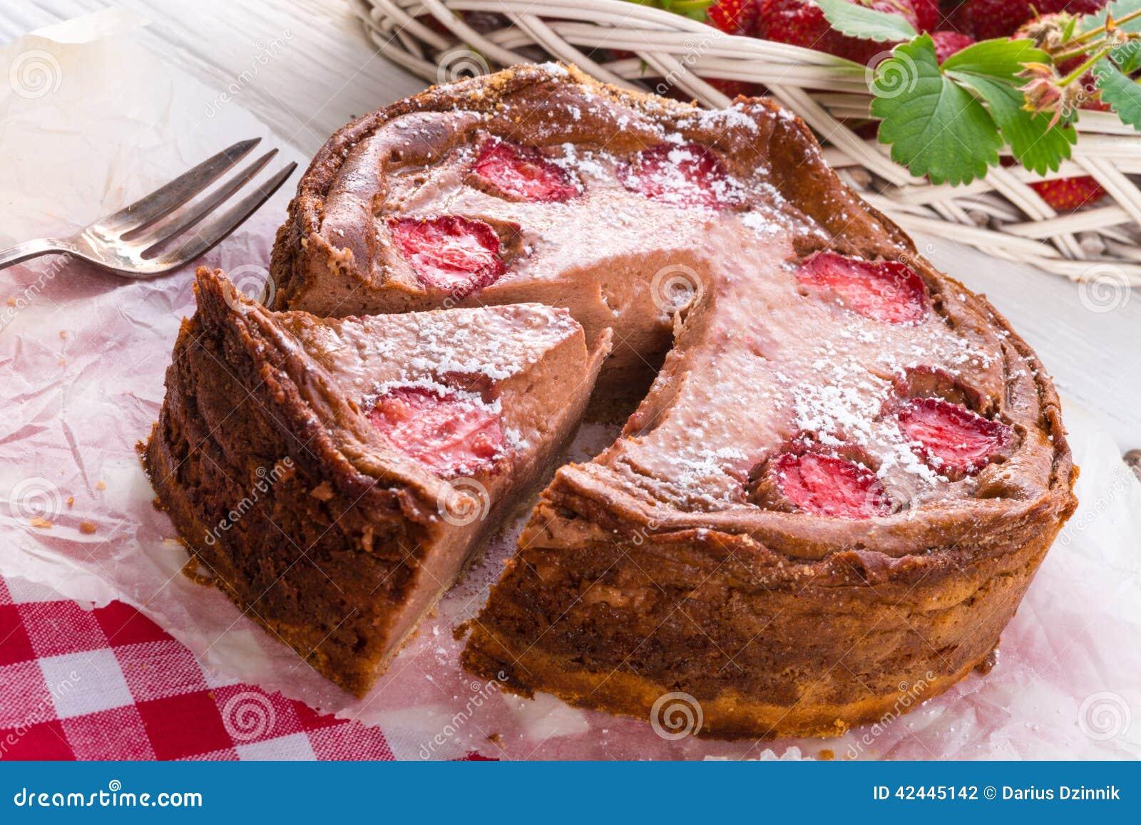 Pastel de queso del chocolate con la fresa