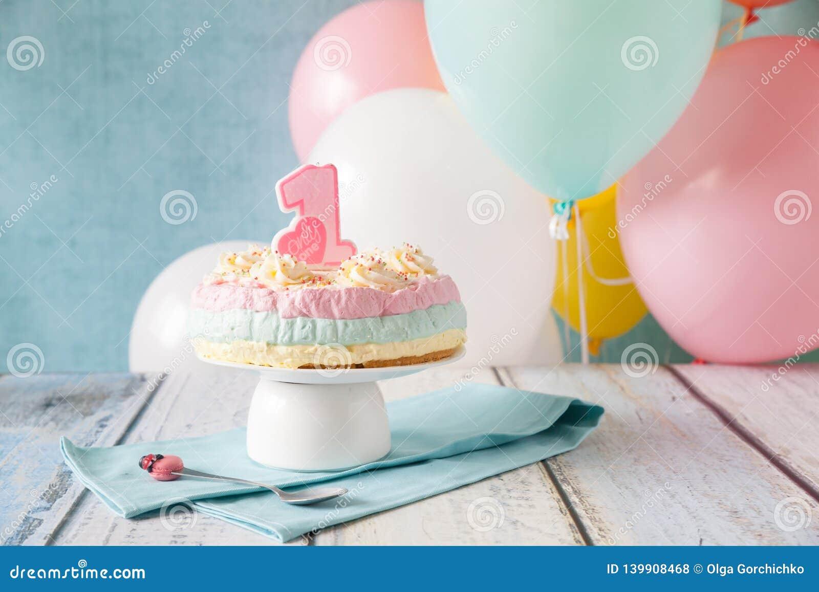 Pastel de queso en colores pastel acodado multi para el primer cumpleaños