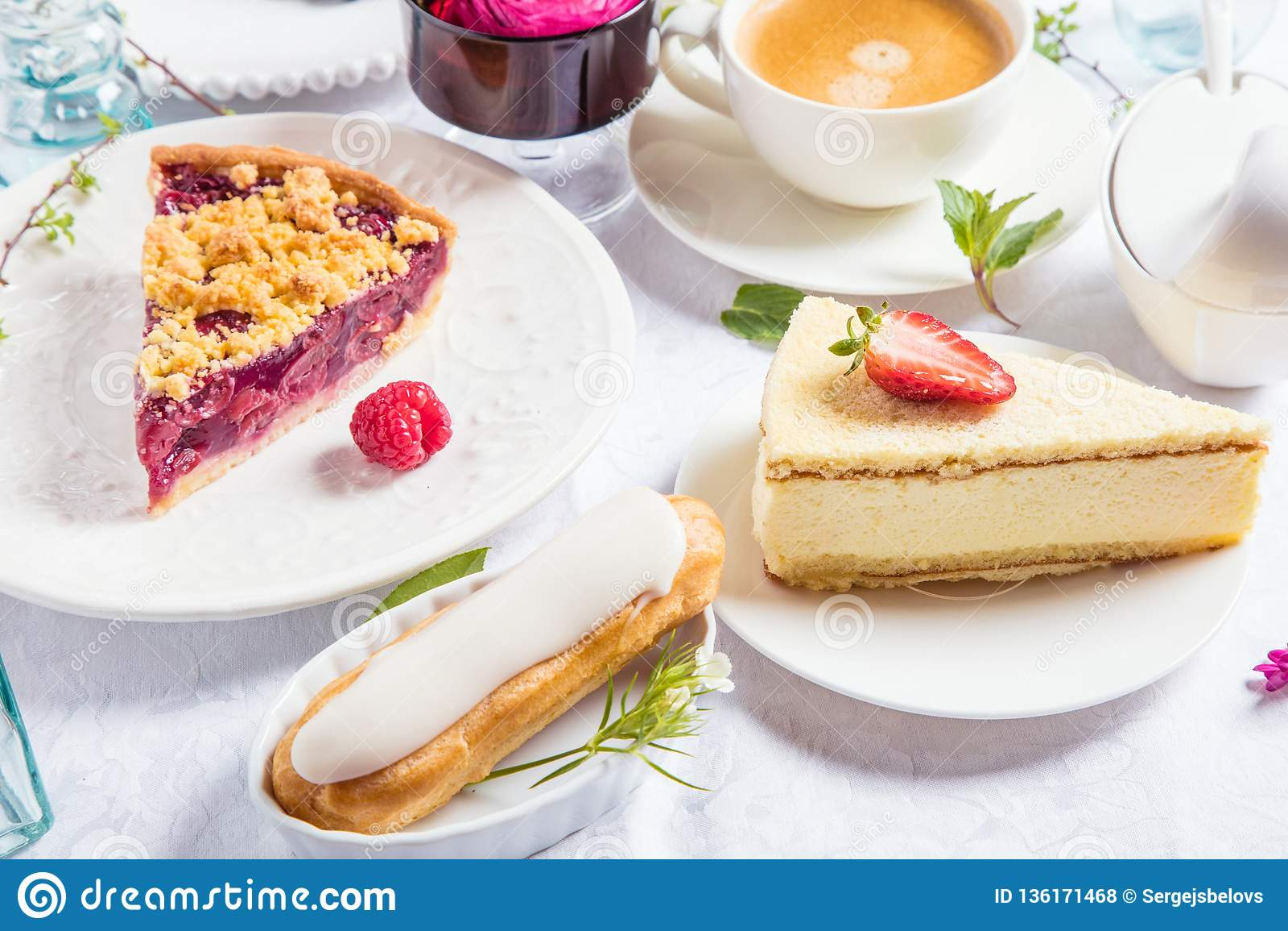 Pastel de queso hecho en casa con las frambuesas y la menta frescas para el postre - pastel de queso orgánico sano de la empanada