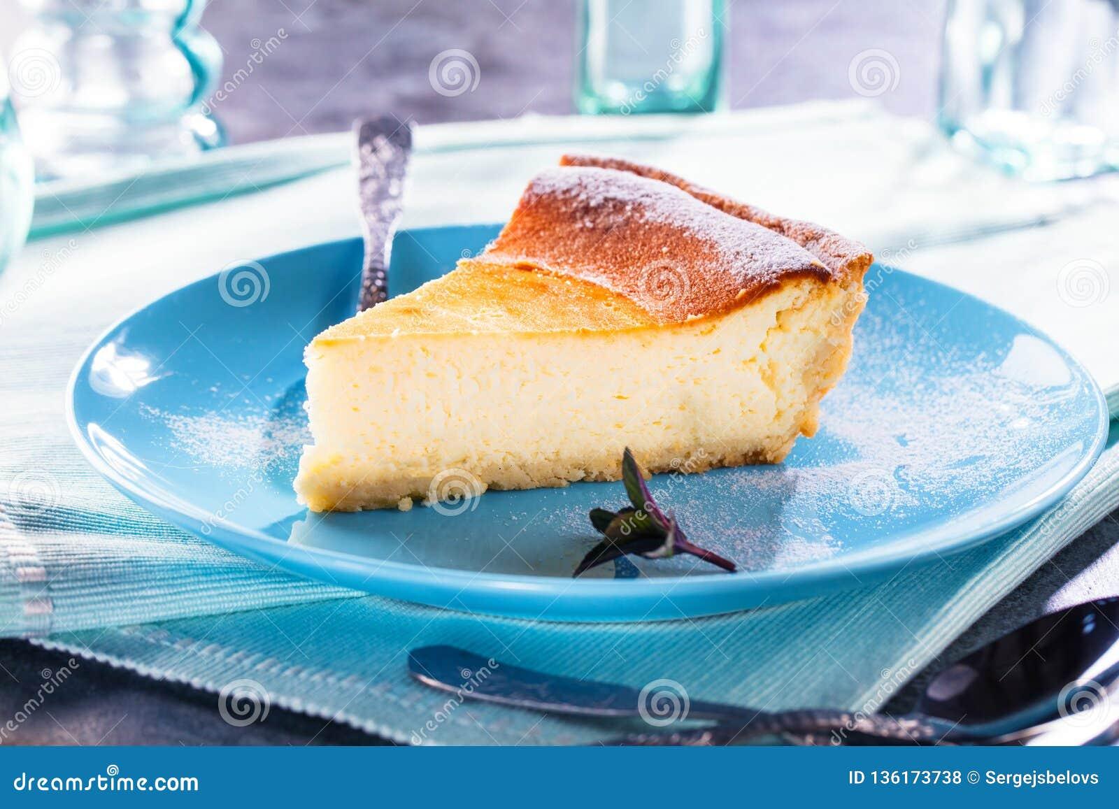 Pastel de queso hecho en casa sabroso en la tabla de madera azul Foco selectivo
