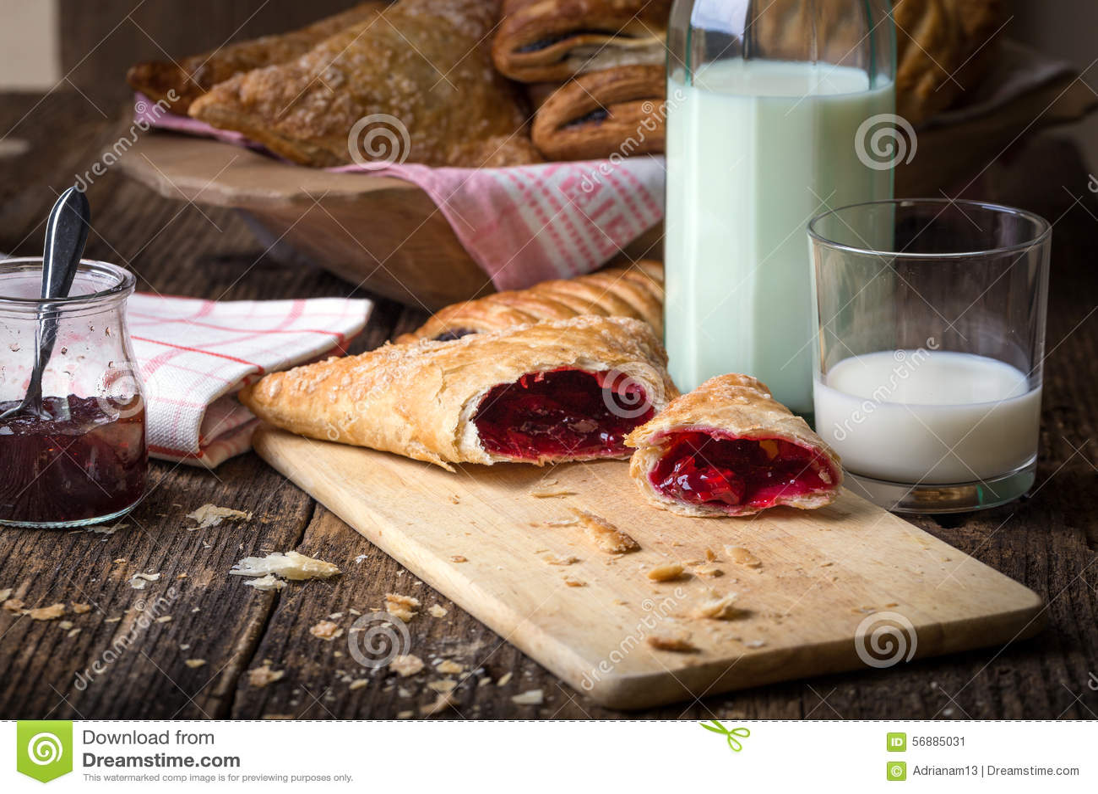 Pastelarias do café da manhã com doce e leite