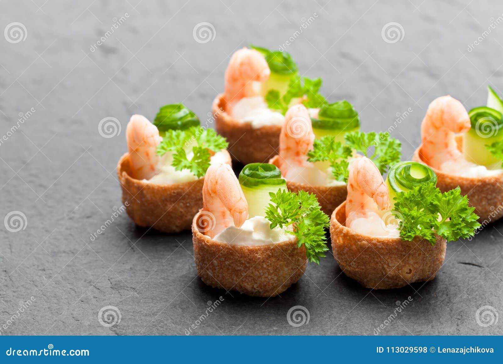 Pasteles curruscantes salados de los croustades rellenos con el queso cremoso y p