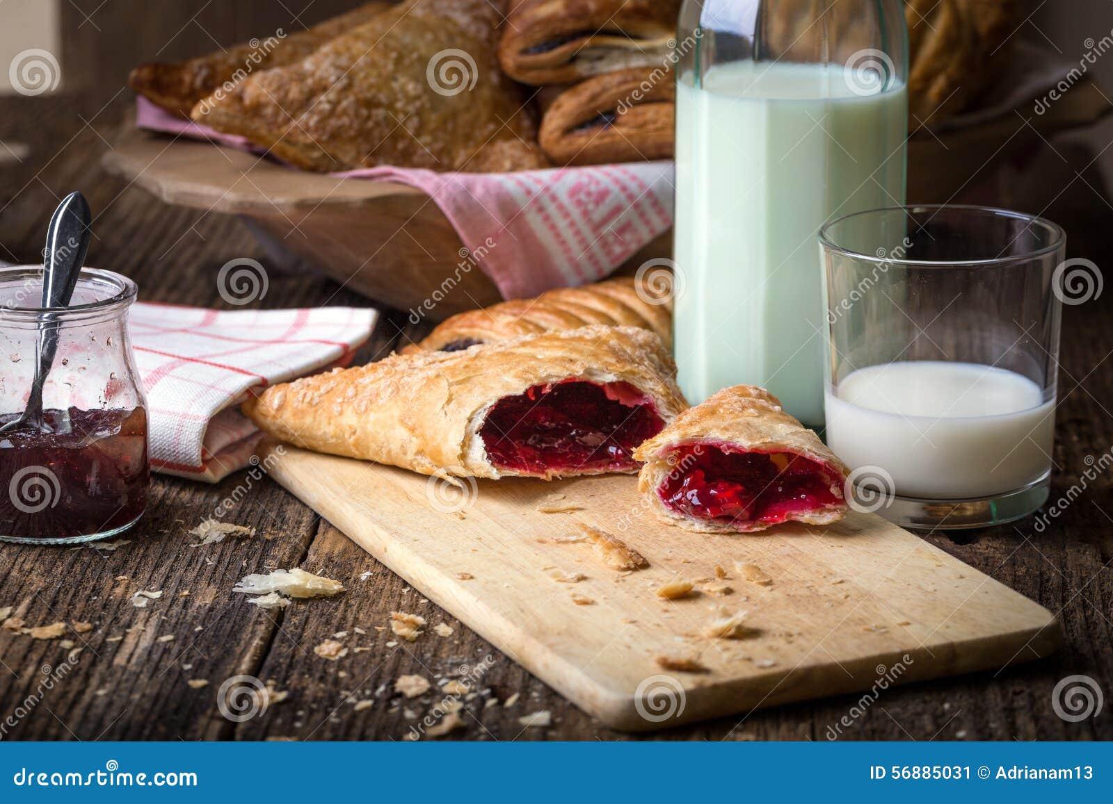Pasteles del desayuno con el atasco y la leche