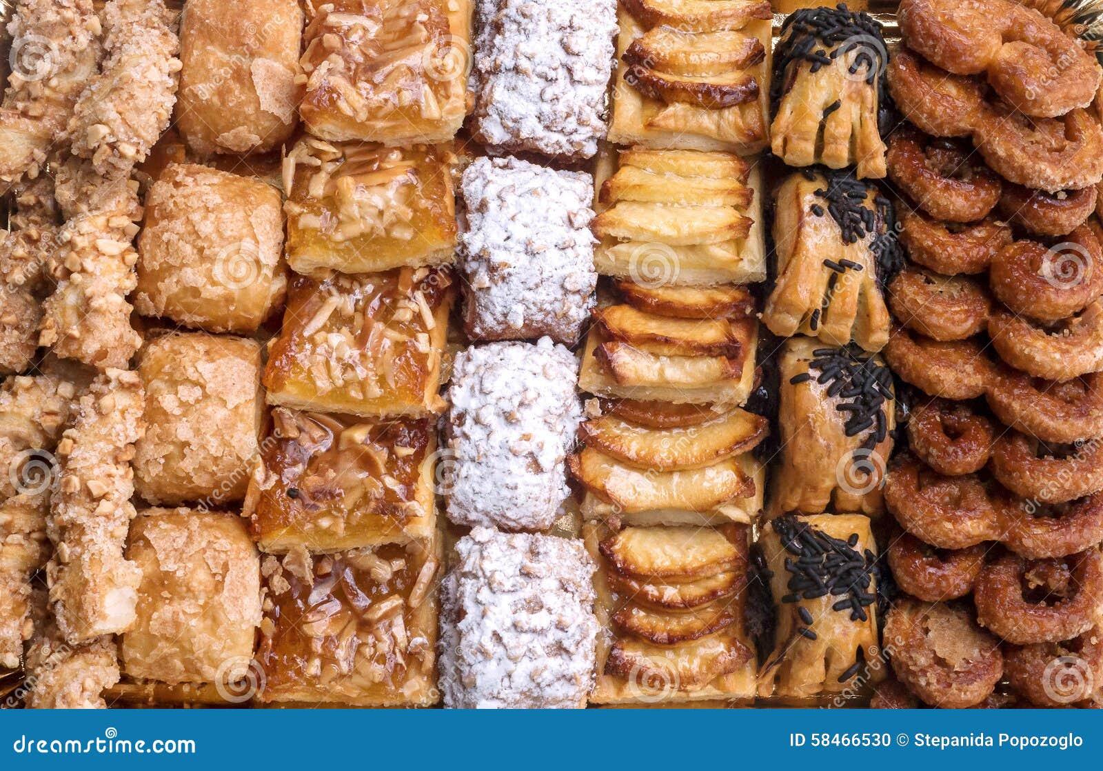 Pasteles dulces, pasta de hojaldre con el azúcar en polvo, con las nueces de pino, con el atasco hecho de la calabaza de Tailandi