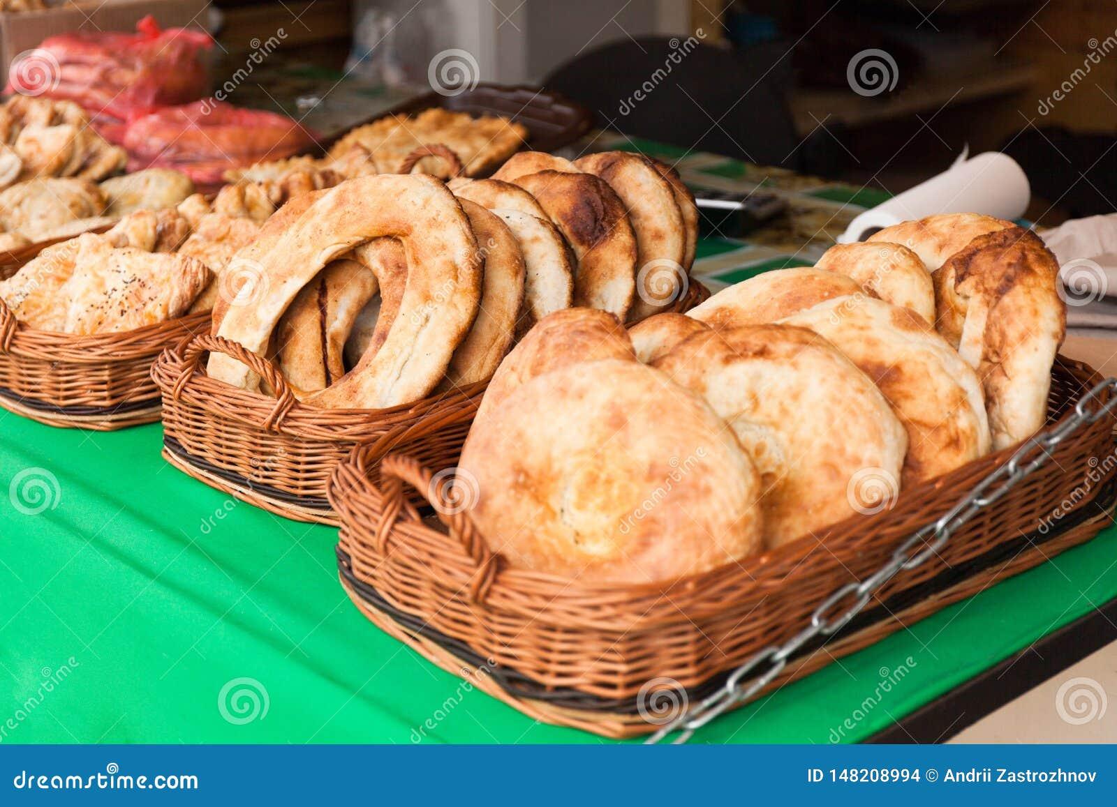 Pasteles sabrosos de la calle tradicional en las placas
