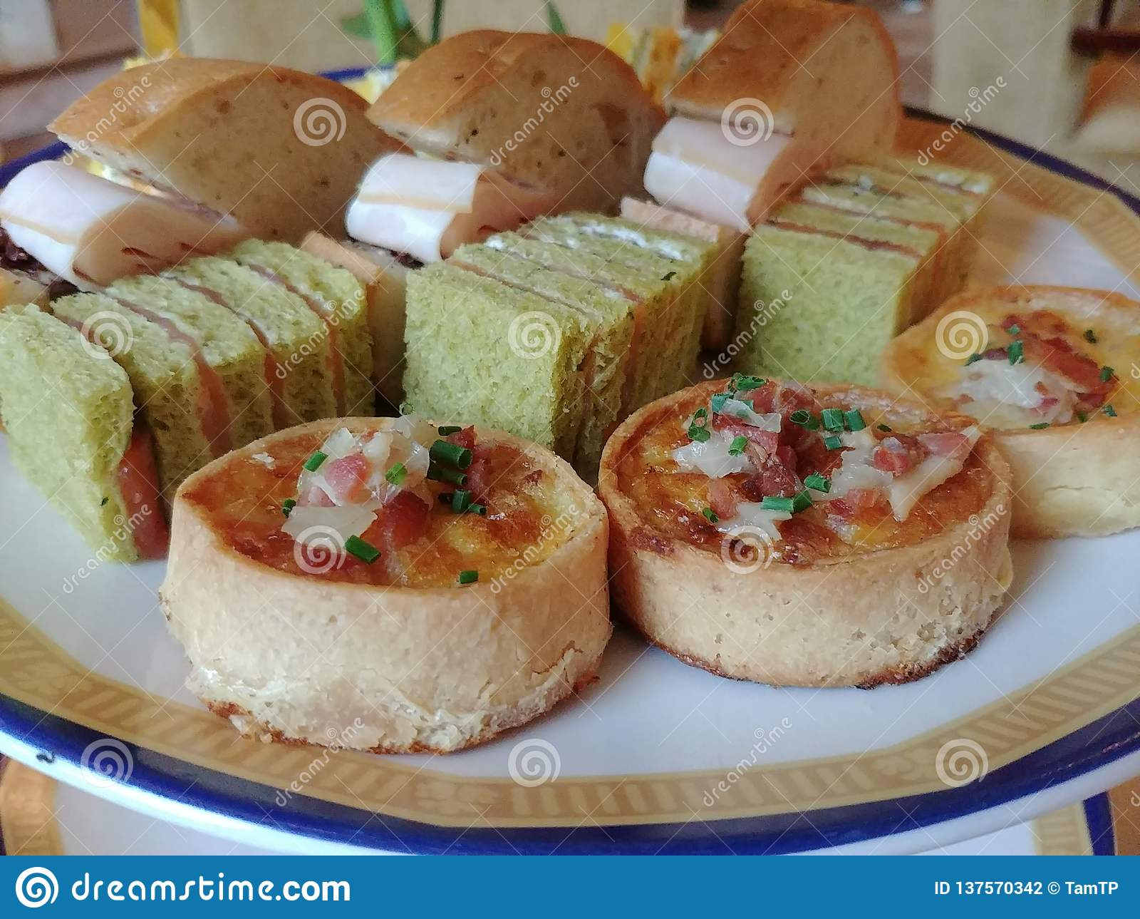 Pasteles salados en té de tarde inglés del estilo